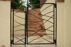 ステンドグラスのうまったアイアン製の門扉