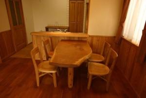 自然木のテーブル。栗のイスは建て主様が選びました。