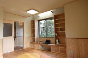 居間の片隅に作った堀座と山ざくらの木の机。
