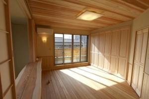 杉板の天井が心地良い眠りを誘う寝室。