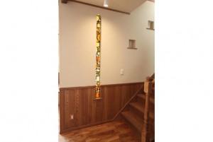 スリットのステンドグラスと壁の飾り棚