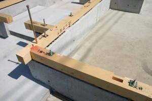 基礎と土台を固定
