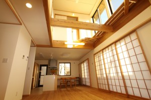 大きな吹抜の光と障子のやわらかな光が印象的な居間