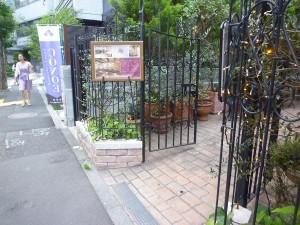 アイアンのデザインされた門扉と短いフェンス